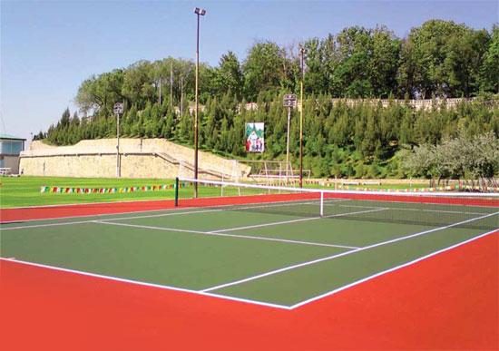 С каким покрытием будет теннисный корт?